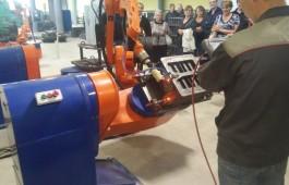 Сварочный робот на производственном участке завода